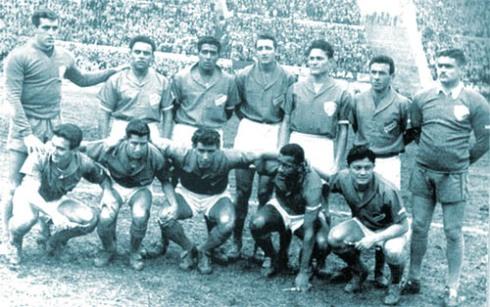 Romero, último de la fila inferior con la camiseta de Nacional de Montevideo, 1958.